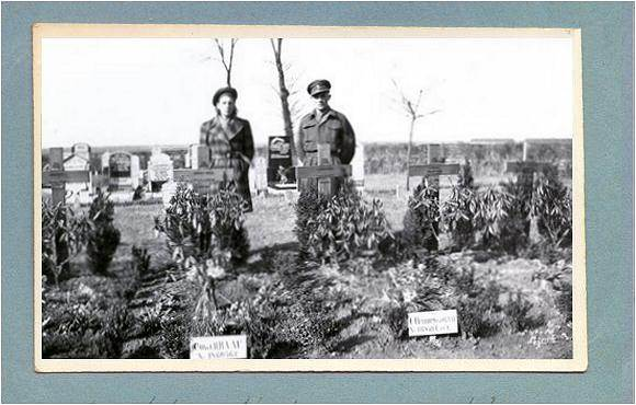 Ms. Martha Noback and Mr. Andries Noback behind the graves - Vollenhove - 1947