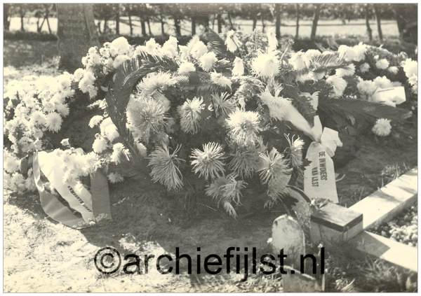 IJlst General Cemetery - Wreath and flowers by 'The inhabitants of IJlst' - (c) archiefijlst.nl